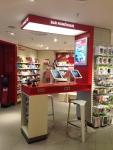 le bar numérique, avec prises électriques et tablettes à disposition